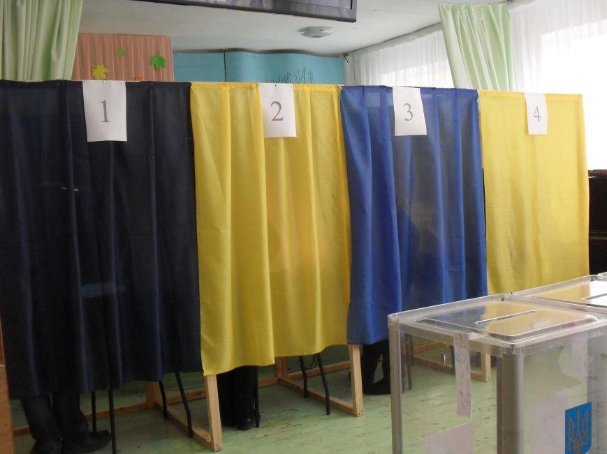 Як голосують кременчужани: фоторепортажі з дільниць та явка виборців станом на 12:00 (фото) - фото 3