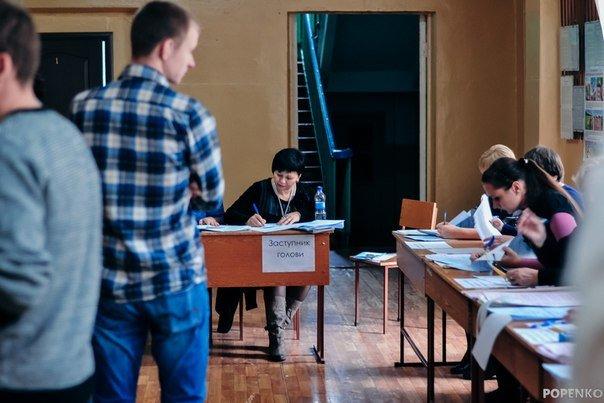 Як голосують кременчужани: фоторепортажі з дільниць та явка виборців станом на 12:00 (фото) - фото 11