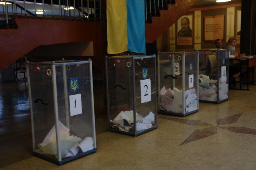 Найбільша явка виборців по місту - на дільниці по вул. Хоткевича (фото) - фото 5