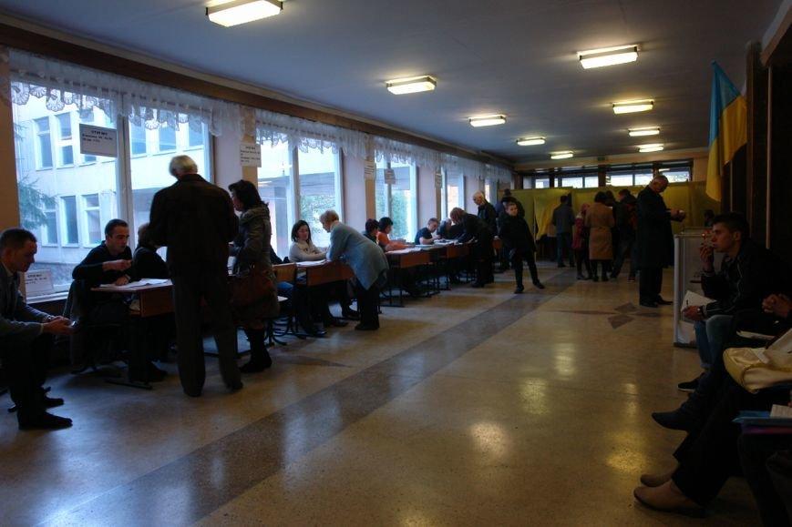 Найбільша явка виборців по місту - на дільниці по вул. Хоткевича (фото) - фото 3