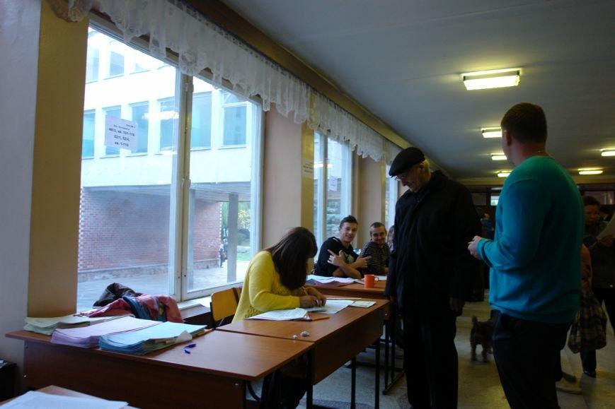 Найбільша явка виборців по місту - на дільниці по вул. Хоткевича (фото) - фото 4