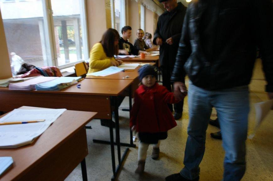 Найбільша явка виборців по місту - на дільниці по вул. Хоткевича (фото) - фото 2