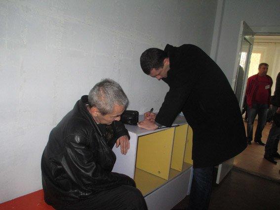 В Николаеве на участке избиратель перед волеизъявлением прогулялся с бюллетенем на улицу (ФОТО) (фото) - фото 1