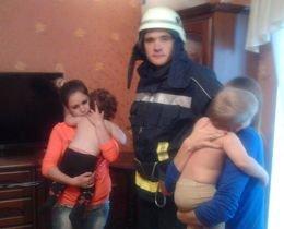 Два полуторагодичных ребенка закрыли мать на балконе (фото) - фото 1