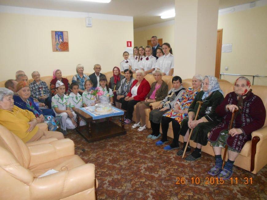 ЮИДовцы Новошахтинска поздравили бабушек и дедушек (фото) - фото 1