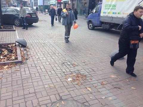 На Крещатике вандалы вырвали полусферы (ФОТОФАКТ), фото-1