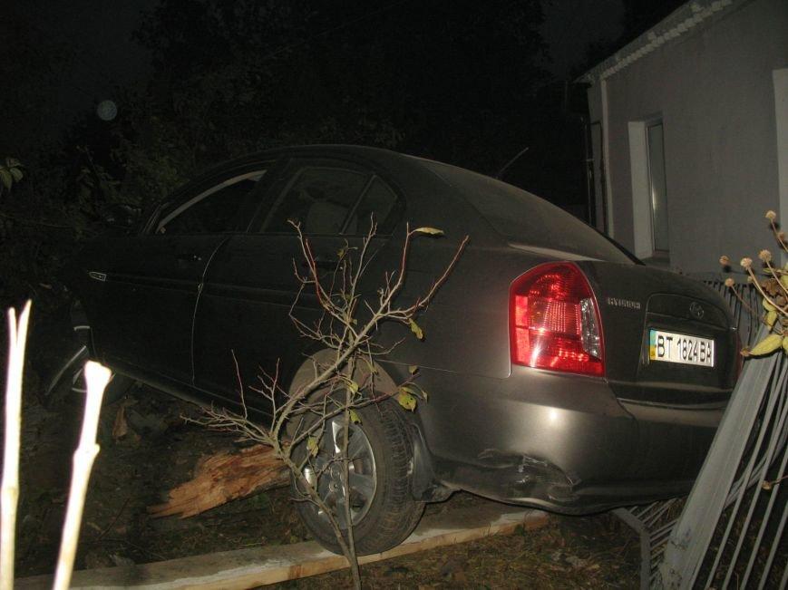 ДТП в Днепропетровске: Hyundai Accent врезался в жилой дом (ФОТО) (фото) - фото 2