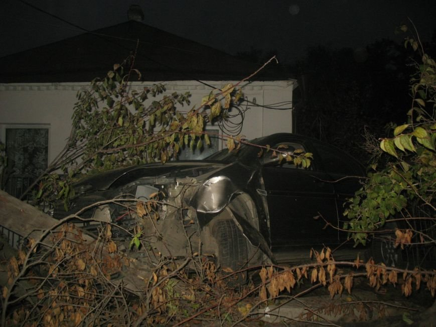 ДТП в Днепропетровске: Hyundai Accent врезался в жилой дом (ФОТО) (фото) - фото 3