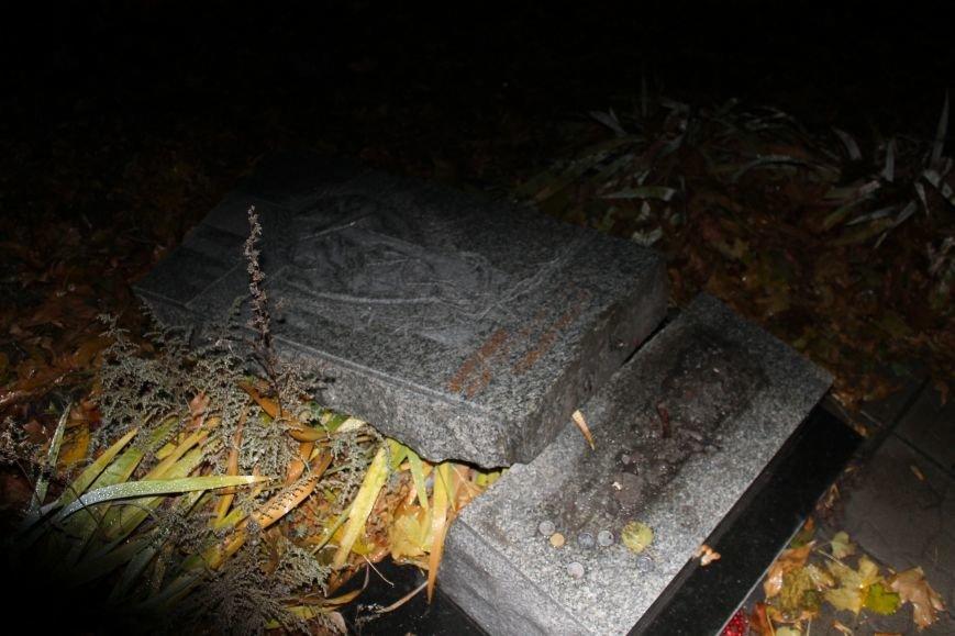 В Доброполье разрушили памятник Жертвам голодомора (ФОТО, ВИДЕО), фото-2