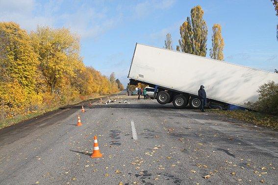 На Вінниччині бус влетів у вантажівку. (фото) - фото 1