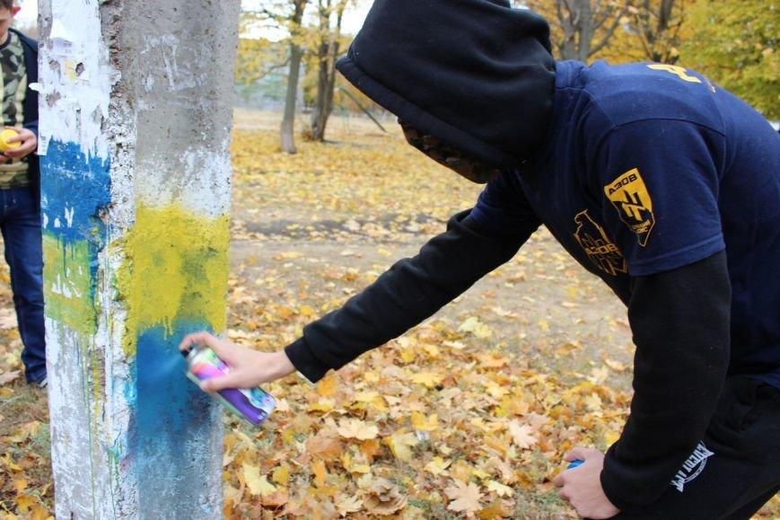 Надписи сепаратистского характера в Мариуполе закрашивают желто-синим (ФОТО) (фото) - фото 1