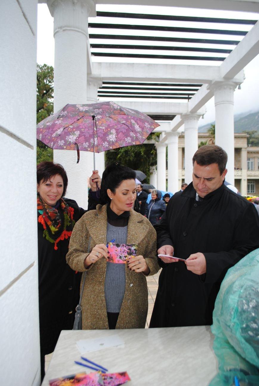 В день открытия Бала хризантем в Никитском ботаническом саду стартовала акция «Не забывайте близких! Делайте добро!» (фото) - фото 1