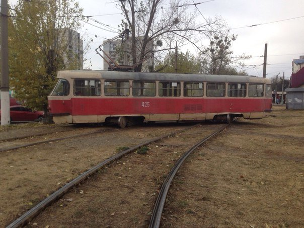 Очередной «трамвайный дрифт»: на Салтовке вагон занесло на соседние рельсы (ФОТО) (фото) - фото 1