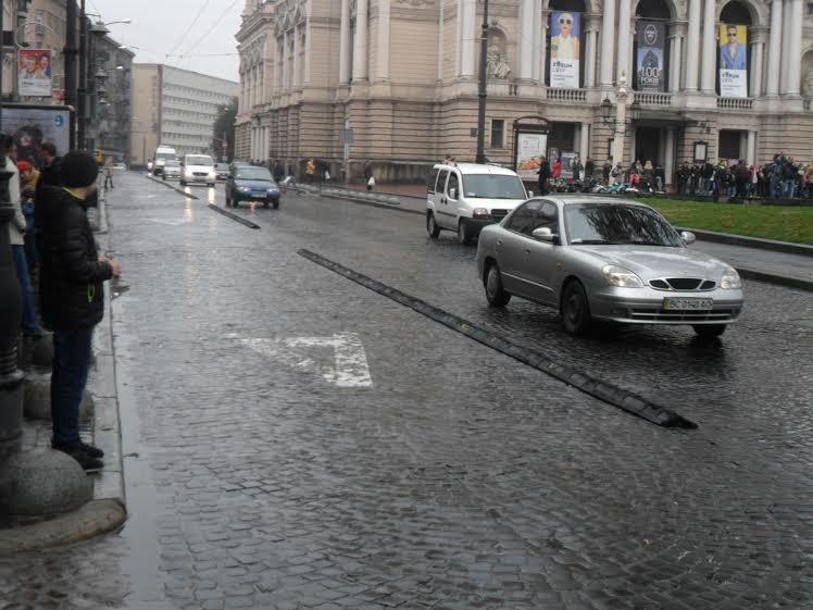 На проспекті Свободи «розбомбили» смугу для громадського транспорту (ФОТО+ВІДЕО) (фото) - фото 4