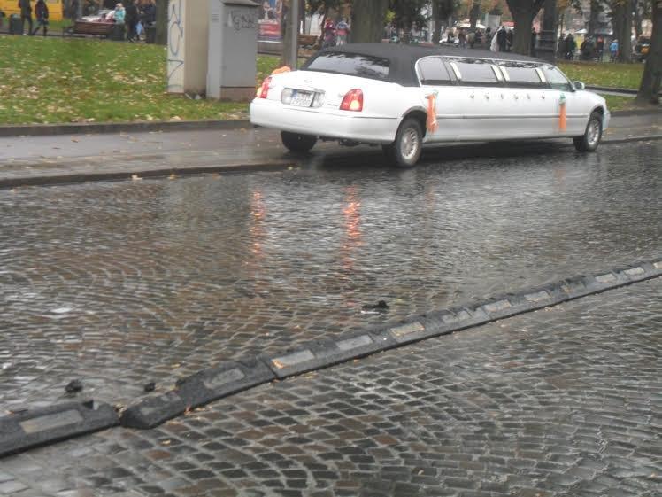 На проспекті Свободи «розбомбили» смугу для громадського транспорту (ФОТО+ВІДЕО) (фото) - фото 2
