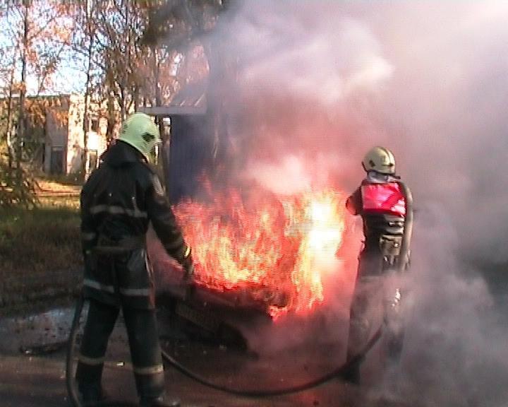 В Сумах средь бела дня сгорел автомобиль (ФОТО) (фото) - фото 1