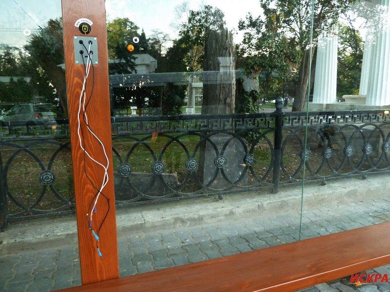 На новой остановке в центре Севастополя уже вырвали USB-шнуры (ФОТОФАКТ) (фото) - фото 1