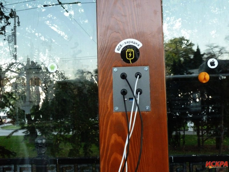 На новой остановке в центре Севастополя уже вырвали USB-шнуры (ФОТОФАКТ) (фото) - фото 2