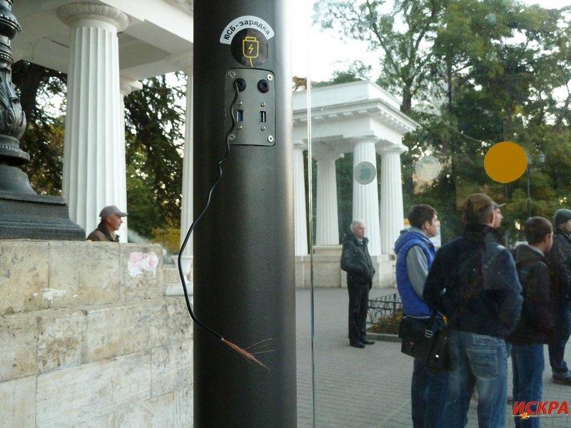На новой остановке в центре Севастополя уже вырвали USB-шнуры (ФОТОФАКТ) (фото) - фото 3