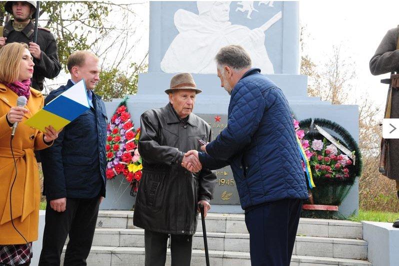 По случаю 71-й годовщины освобождения Украины от нацистских захватчиков в Славянске состоялся митинг-реквием (фото) - фото 4