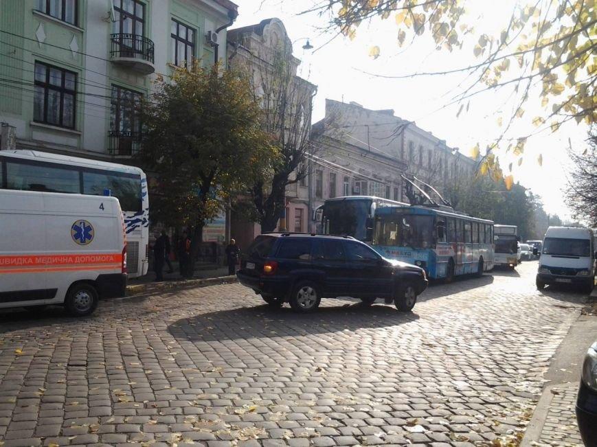 У Чернівцях сталася аварія за участю карети швидкої допомоги (фото) - фото 1