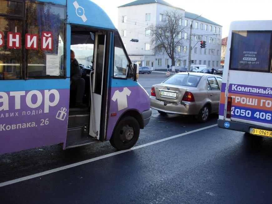 В Полтаві пасажирський автобус зіткнувся з легковим автомобілем (ФОТО) (фото) - фото 1