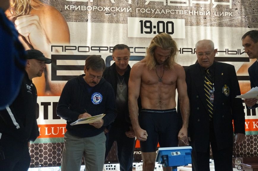 Участники грандиозного вечера бокса в Кривом Роге  прошли официальную процедуру взвешивания (ФОТО) (фото) - фото 1