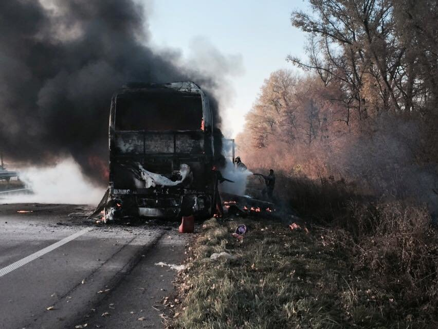 На трассе Киев-Харьков сгорел пассажирский автобус (ФОТО) (фото) - фото 1