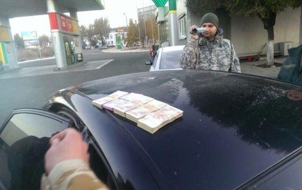 Вблизи Мариуполя пограничников задержали во время получения взятки в 200 тысяч от контрабандистов (ФОТО), фото-3