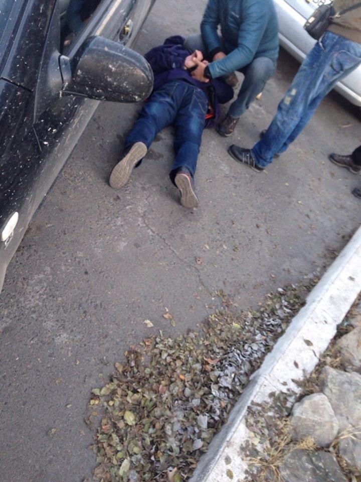Вблизи Мариуполя пограничников задержали во время получения взятки в 200 тысяч от контрабандистов (ФОТО), фото-1