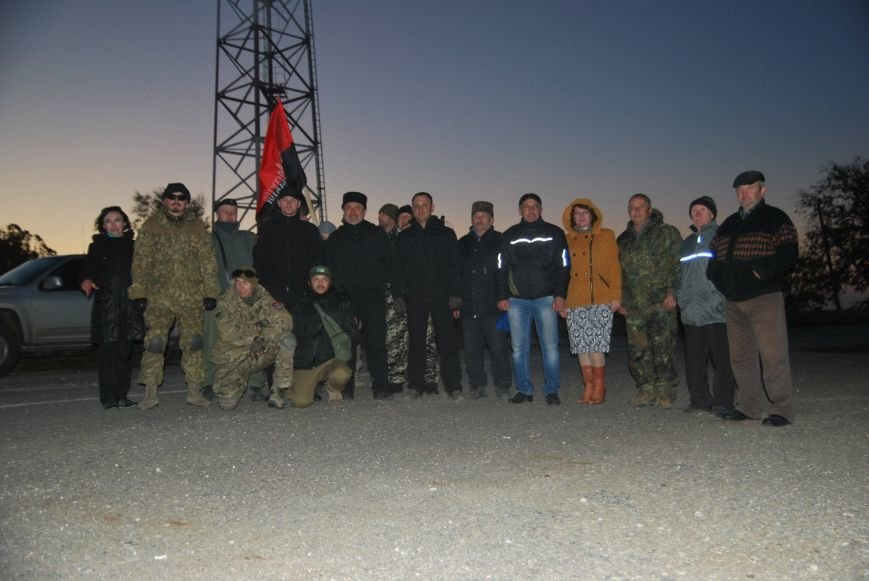 Одесские «правосеки» с крымскими татарами под носом у россиян установили государственный флаг  (ФОТО) (фото) - фото 1
