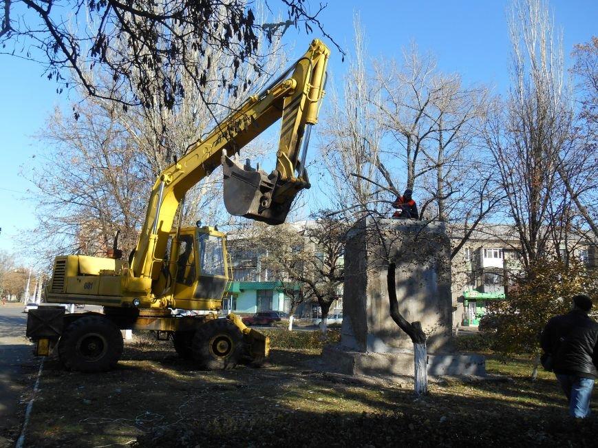 Сегодня снесли памятник Артему в Славянске (фото) (фото) - фото 2
