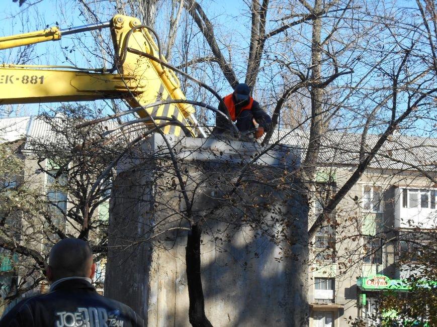 Сегодня снесли памятник Артему в Славянске (фото) (фото) - фото 1