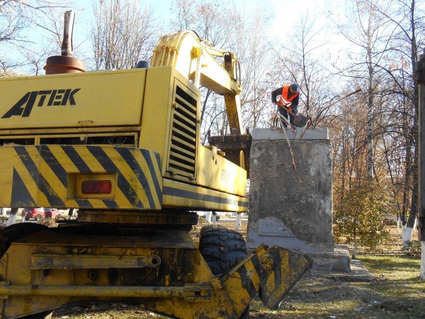Сегодня снесли памятник Артему в Славянске (фото) (фото) - фото 4