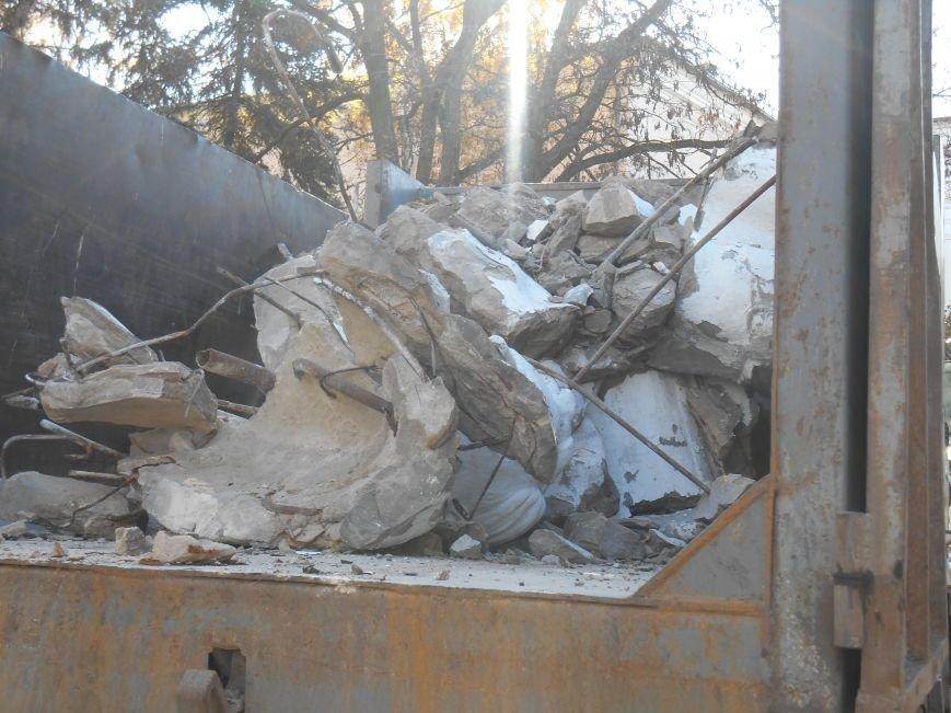 Сегодня снесли памятник Артему в Славянске (фото) (фото) - фото 3
