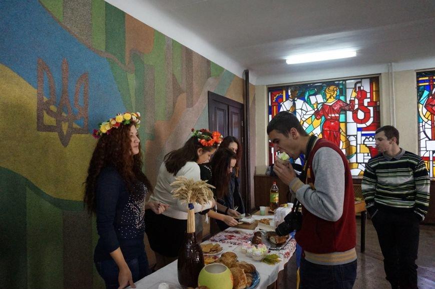 Студенты Криворожского национального университета провели ярмарку и собрали для детей-инвалидов более 3 тысяч гривен (ФОТО) (фото) - фото 1
