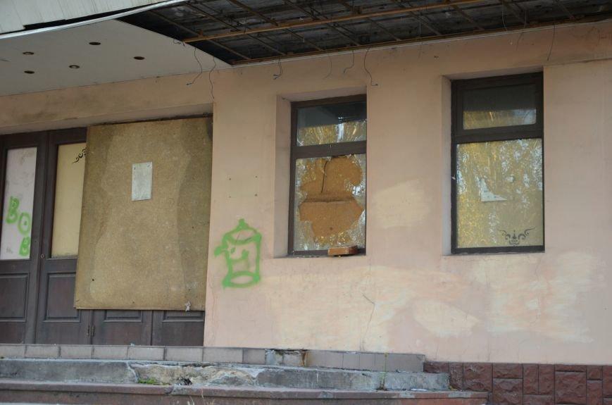 В Мариуполе бывший кинотеатр «Буревестник» закрыли фанерой (ФОТО), фото-3