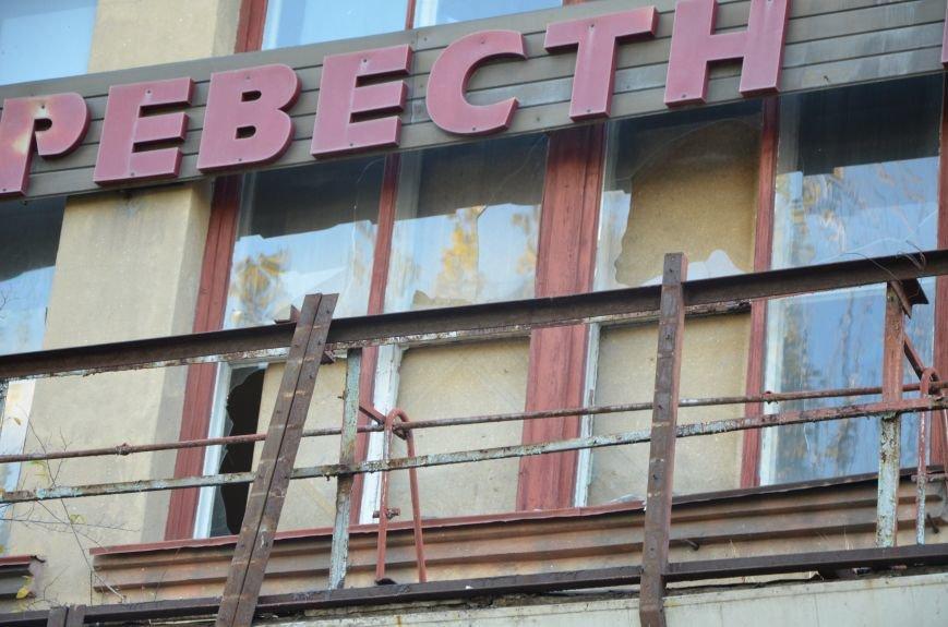 В Мариуполе бывший кинотеатр «Буревестник» закрыли фанерой (ФОТО), фото-2