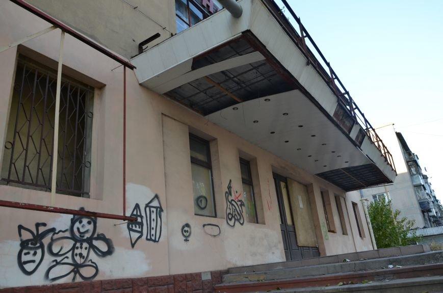 В Мариуполе бывший кинотеатр «Буревестник» закрыли фанерой (ФОТО), фото-5
