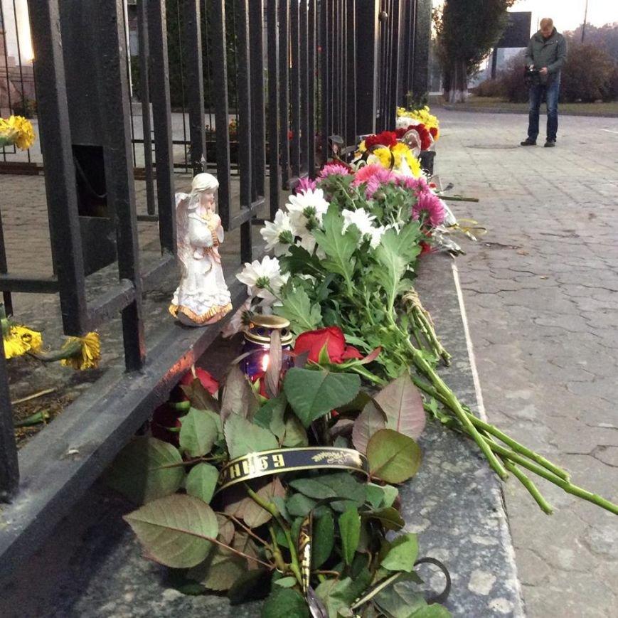 Киевляне несут цветы к зданию российского посольства (ФОТОФАКТ) (фото) - фото 1