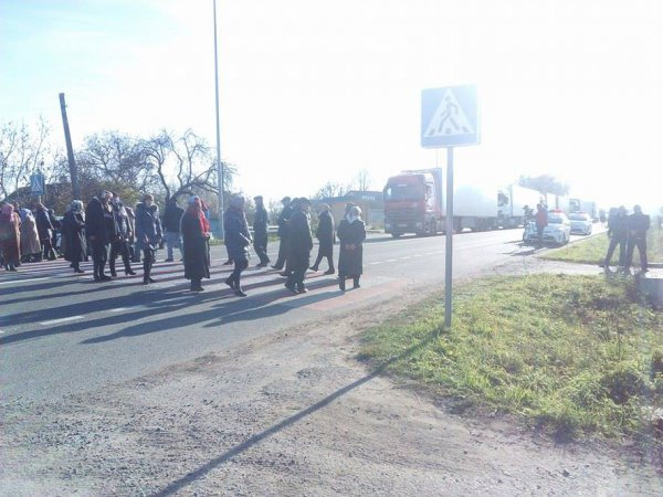 На Рівненщині перекрили трасу «Київ - Чоп» через «війну» патріархатів (фото) - фото 1