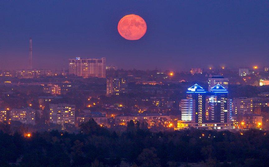ФОТОПРОЕКТ: огни ночного Запорожья с крыш домов (фото) - фото 1