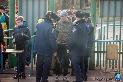На восемь мариупольских болельщиков  матча команд  «Авангард» и «Ильичевец» приходился один милиционер (ФОТО), фото-2