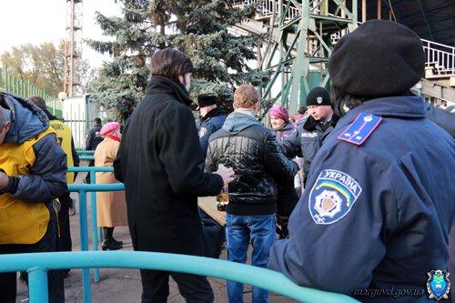 На восемь мариупольских болельщиков  матча команд  «Авангард» и «Ильичевец» приходился один милиционер (ФОТО), фото-3