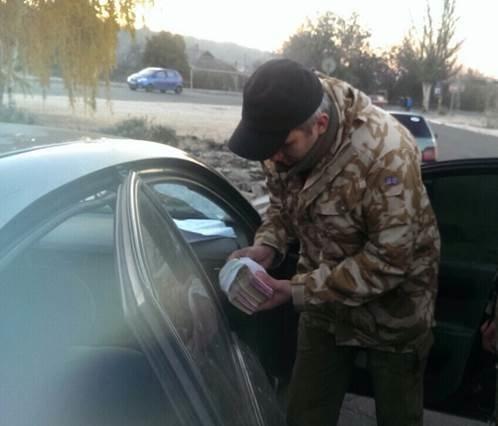 В зоне АТО задержали пограничников, взимавших дань за проезд автомобилей на территорию «республик»  (ФОТО, ВИДЕО) (фото) - фото 1