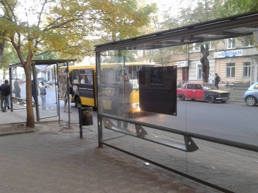 В центре Одессы вандалы разгромили две остановки (ФОТО) (фото) - фото 1