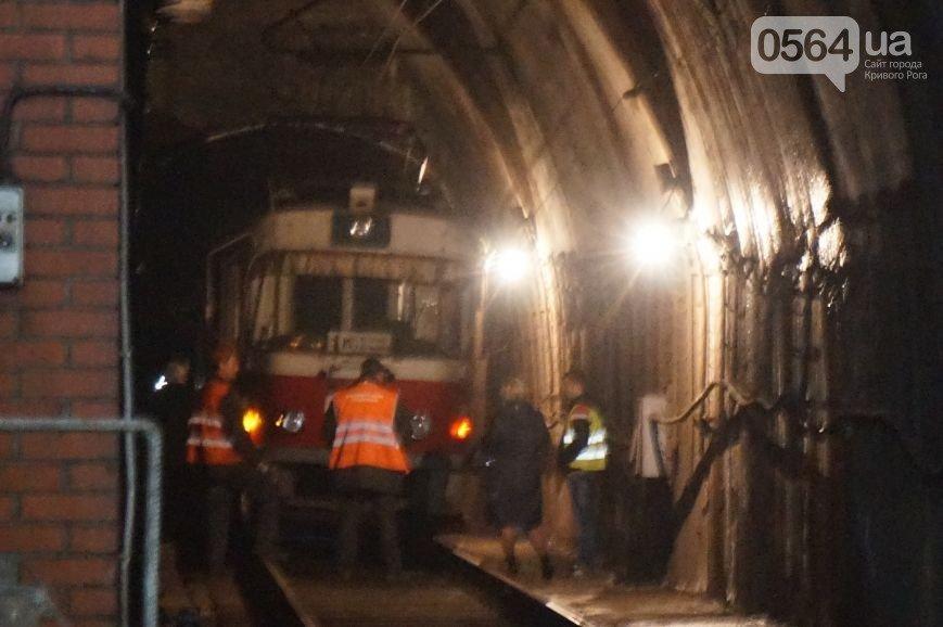 В Кривом Роге: сгорел частный дом, водитель сбил пешехода и скрылся с места ДТП, в тоннеле столкнулись скоростные трамваи (фото) - фото 4