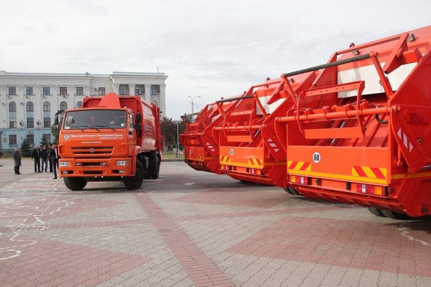 Глава администрации Симферополя сел за руль мусоровоза (ФОТОФАКТ) (фото) - фото 1