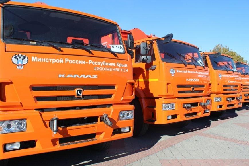 Глава администрации Симферополя сел за руль мусоровоза (ФОТОФАКТ) (фото) - фото 2