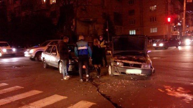 У центрі Вінниці таксист не розминувся з «Ауді», фото-2